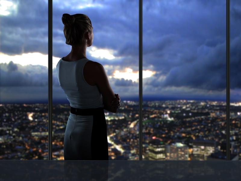 femme d'affaire qui regarde la ville depuis son bureau