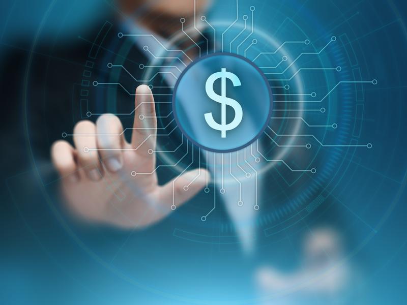 Un homme d'affaire cliquant sur un dessin de dollar dans un écran transparent