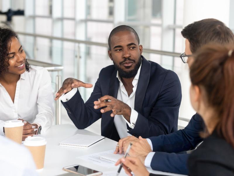 Un homme d'affaires explique quelque chose dans un comité.