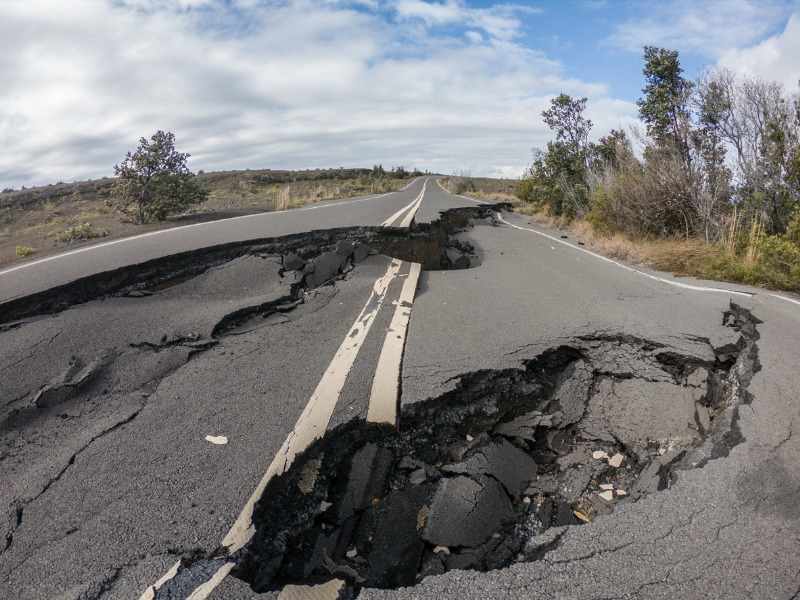 Une route abîmée par des tremblements de terre.